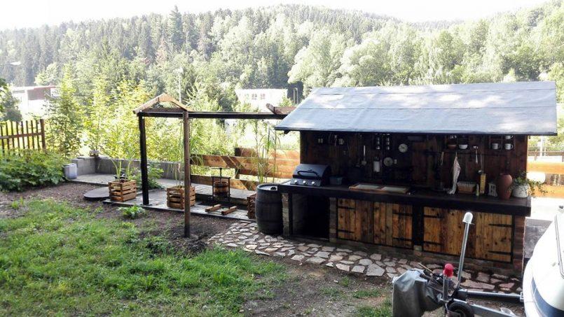 Leben im Wohnwagen am Waldrand